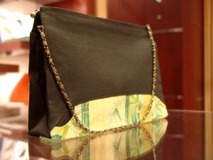 バッグも底部分に柄を持ってきた独特デザインが、ますますカッコいいルアーヴル黒留袖シリーズ
