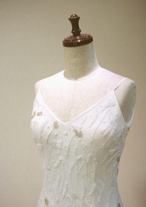 羽根付きのドレスを、裏側に色重ねフレアドレスにして