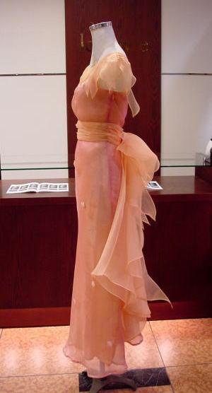 バックには、ゴージャス感いっぱいの大きいリボン。美しく重なり合うデザインを、細三つ折ステッチで段々にすそまで。動くたびに優雅にふわふわと華やぎもアップ。ルアーヴルの思いがけない発想も、服を楽しむ基本スタンスだったり。