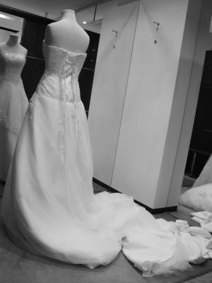 ウエディングドレスにリボンと肩ひもをプラス