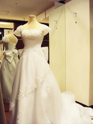 ウエディングドレスにリボンと肩ひもをプラス!