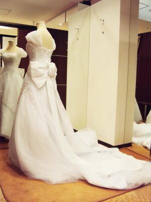 「コサージュリボン」と「肩ひも」を、ドレスに取り付けてみた状態。