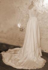 ロングトレーンのきいたドレス