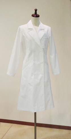 ホワイトローブ(白衣)にも、気に入ったワンピースやコートみたいな自分らしさがほしい。もちろん品よく素敵にはマスト。