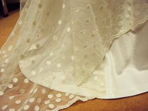 ウエディングドレスをVネックのコサージュと トレーン付きドレスにリメイク