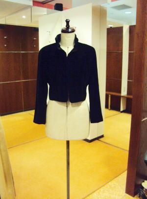 ポイントになる襟と袖を大幅に創り変えただけでも、フォーマル系にもいける雰囲気になったりして。ボトムもいろいろ変えて着れるようになった