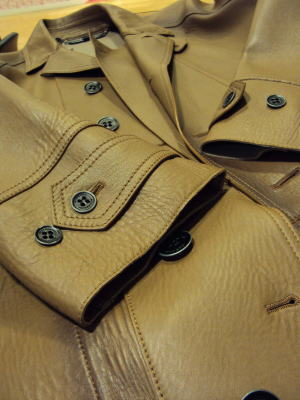 レザーコートの一枚仕立て袖だってキレイ技!