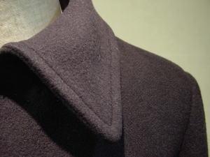 ひざ丈ダブル肩章コートを、細身ステンカラーで楽しむ!