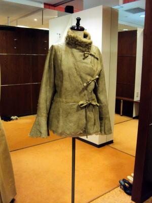 セーラーカラーのレザーコートがスタンドカラーに大変身!
